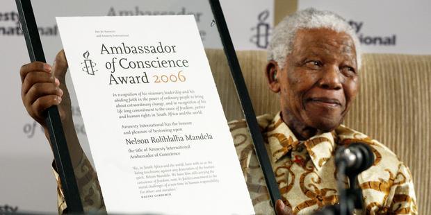 Nelson Mandela recibe el Premio Embajador de Conciencia de Amnistía Internacional en Johanesburgo, Sudáfrica, en 2006. © Jurgen Schadeberg (www.jurgenschadeberg.com)
