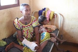 República Centroafricana - mujer con su hija tras ataque con machete @Amnesty International